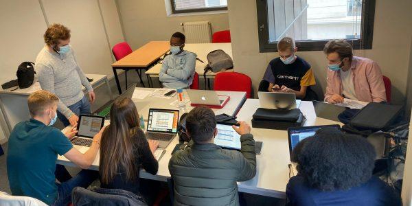 étudiants de l'IES Business School de Rouen pendant un Business Game